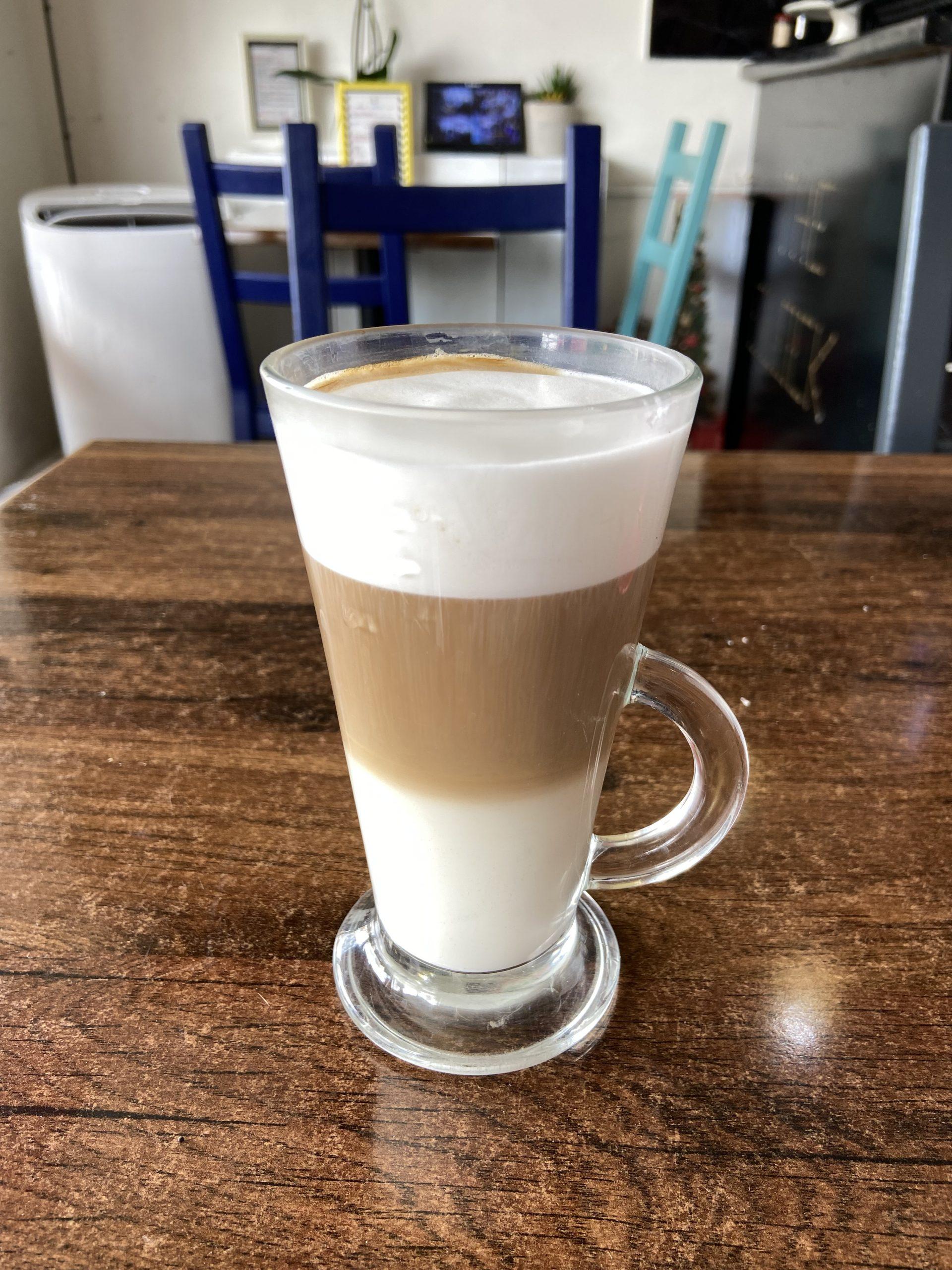 Angajam fata la cafenea